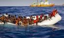 Em 17 de abril, migrantes a bordo de embarcação precária pedem ajuda ao largo da costa da ilha italiana de Lampedusa Foto: Patrick Bar / AP