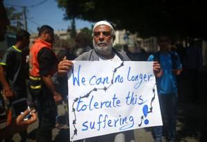 Palestino que teve sua casa destruída há dois anos protesta em frente à sede de agência das Nações Unidas em Gaza Foto: MOHAMMED ABED / AFP