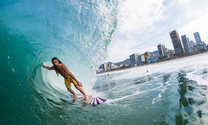 O surfista Daniel Rangel ao pegar um tubo Pedro Fortes / Divulgação