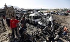 Moradores observam destroços após atentado em Cabul Foto: MOHAMMAD ISMAIL / REUTERS