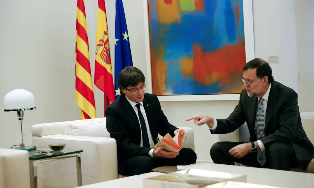 Rajoy entrega fac-símile de 'Dom Quixote' a Puidgemont: presente não aplacou tensões Foto: SUSANA VERA / REUTERS