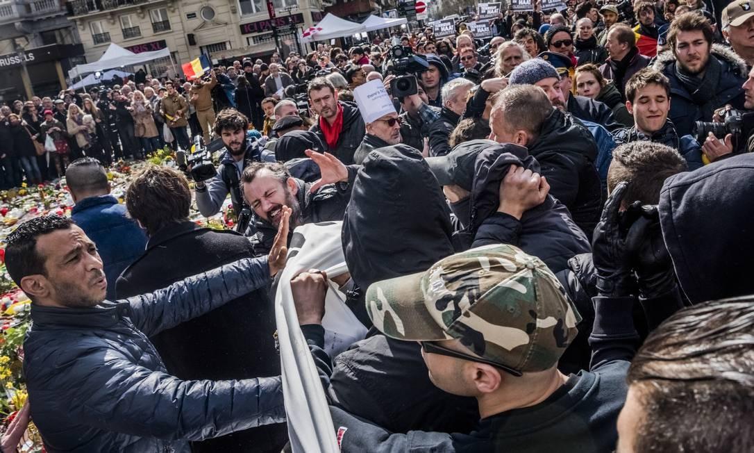 Hooligans entram em confronto durante manifestação em Bruxelas Foto: DANIEL BEREHULAK / NYT