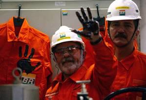 Autossuficiência. Presidente Lula suja a mão de petróleo na inauguração da Plataforma P-50 na Bacia de Campos Foto: Custódio Coimbra / Agência O Globo