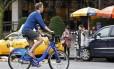 Ciclista desfruta de mais de 20 graus Celsius em Nova York, na véspera do Natal de 2015: sem neve no inverno