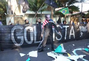 Levante Popular da Juventude realiza protesto em frente a casa de Michel Temer, em SP Foto: Marcos Alves / Agência O Globo