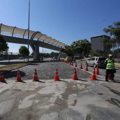 Buraco provocado por rompimento de tubulação na Avenida Radial Oeste é fechado com concreto Foto: Custódio Coimbra / O Globo