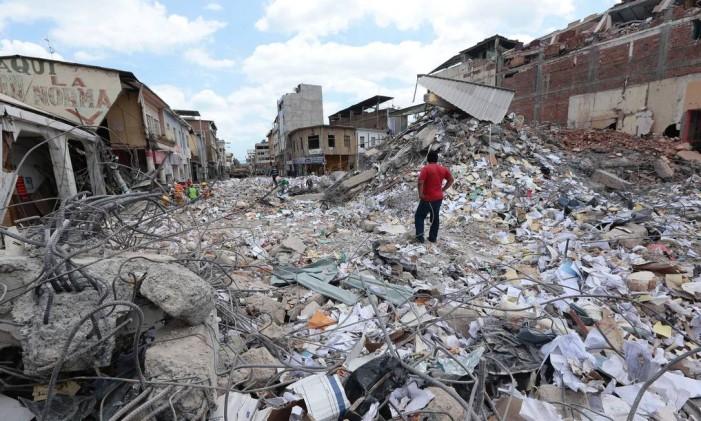 Em Portoviejo, um homem observa os estragos provocados pelo terremoto que atingiu o Equador, que deixou ao mens 570 mortos Foto: JUAN CEVALLOS / AFP