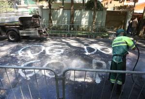 Empresa de limpeza da prefeitura apaga pichação 'QG do golpe' em frente à casa de Temer, em São Paulo Foto: Marcos Alves / Agência O Globo