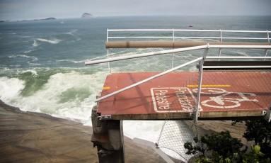 Após o desabamento, ciclovia se transformou em um precipício Foto: Guito Moreto / O Globo