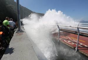 Onda bate em trecho da ciclovia que desabou Foto: Custódio Coimbra / O Globo