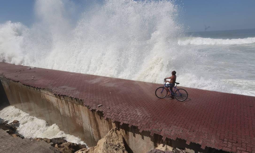 Parte do calçadão de São Conrado é destruída pela ação das ondas Foto: Custódio Coimbra / O Globo