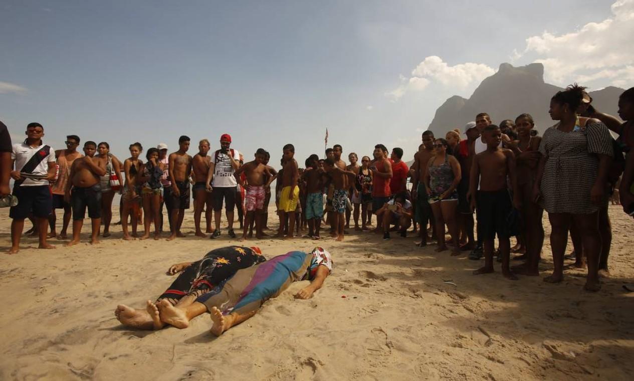 Dois corpos são resgatados do mar pelos bombeiros Foto: Guilherme Leporace / O Globo