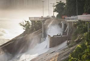 Acidente na ciclovia da Avenida Niemeyer. O mar agitado derrubou parte da ciclovia Foto: Guito Moreto / Agência O Globo