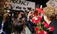 A presidente Dilma Rousseff é recebida por brasileiros em Nova York