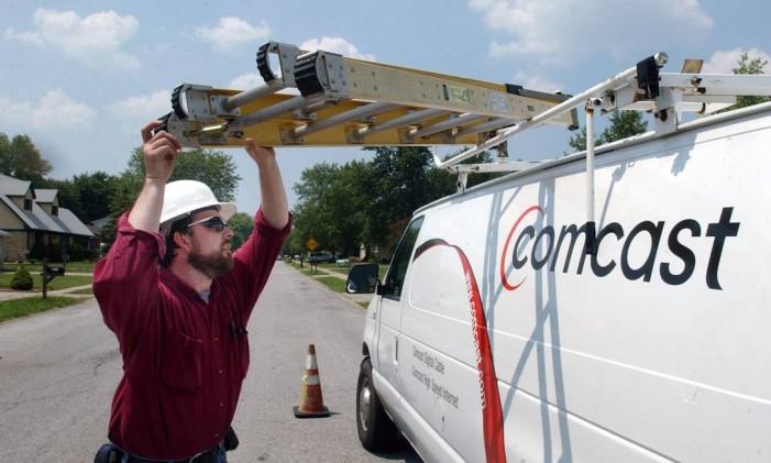 Técnico da empresa Comcast Foto: TOM STRICKLAND / Bloomberg News