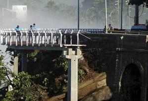 Técnicos analisam ciclovia Tim Maia nesta sexta-feira. Parte da estrutura desabou e causou mortes Foto: Gabriel de Paiva / O Globo