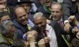 Tiririca é cumprimentado por outros deputados após voto a favor do impeachment de Dilma