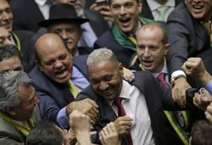Tiririca é cumprimentado por outros deputados após voto a favor do impeachment de Dilma Foto: UESLEI MARCELINO/17-04-2016 / REUTERS