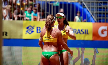 Larissa e Talita comemoram uma vitória no vôlei de praia: dupla recorreu ao 'coaching' para escapar de barreiras emocionais Foto: Paulo Frank / CBV-Divulgação