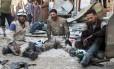 Funcionários de defesa civil trabalham após ataque aéreo em área controlada por rebeldes em Aleppo