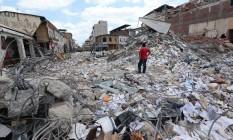 Homem observa destroços após terremoto que abalou o Equador Foto: JUAN CEVALLOS / AFP