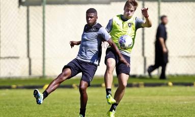 Emerson Santos ao lado de Luis Henrique durante treino do Botafogo Foto: Vítor Silva/SSPress/Botafogo