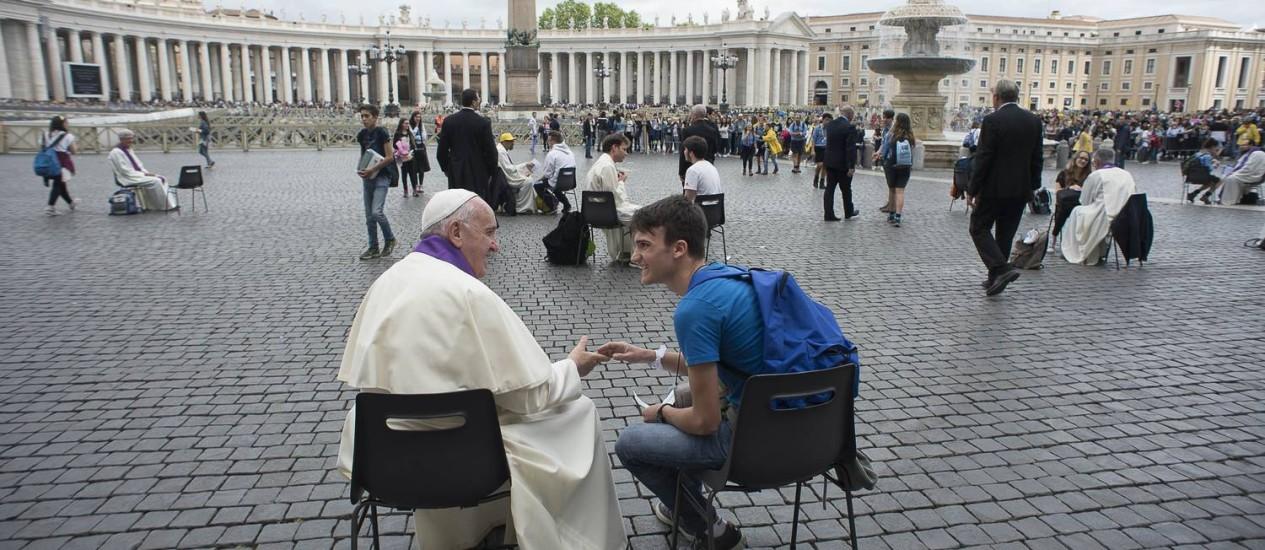Francisco surpreende e participa de confissão de jovens Foto: - / AFP