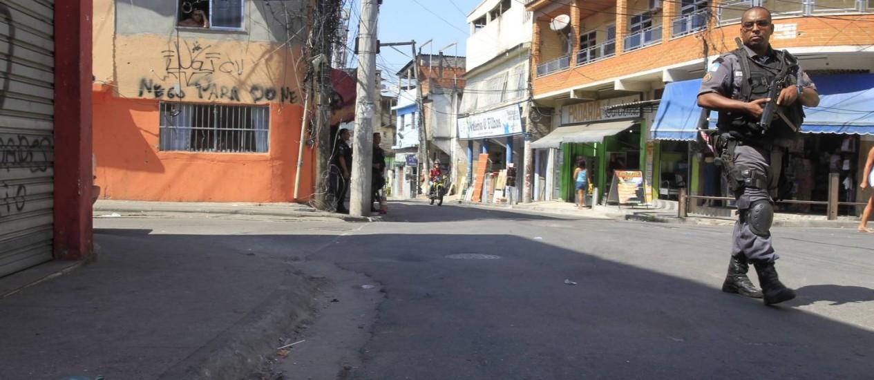 PM pratulha área em que o mototaxista foi morto, próximo à rua Antonio Austragésimo, na Fazendinha, Complexo do Alemão Foto: Fabio Guimaraes / Agência O Globo