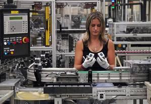 Linha de montagem na fábrica da Schneider Eletric em Le Vaudreuil, França Foto: Bloomberg/1-8-2008