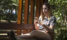 Ao trocar o número da linha de celular, Andrea Rocha teve o contrato alterado e velocidade reduzida Foto: Antonio Scorza