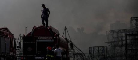 Bombeiros controlam incêndio em carros alegóricos em depósito do Sambódromo do Anhembi, em São Paulo Foto: Marcos Alves