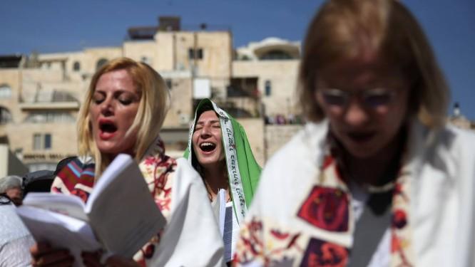"""Membros do """"Mulheres do Muro"""" se reuniram sob uma forte vigilância policial diante do Mura das Lamentações Foto: GALI TIBBON / AFP"""