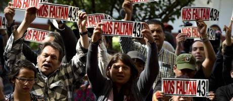 Parentes das vítimas fazem protesto no México Foto: YURI CORTEZ / AFP