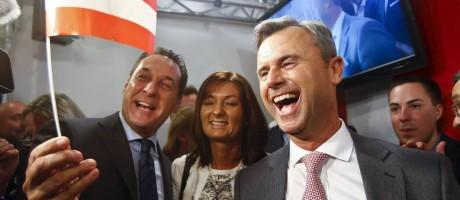 Hofer (à direita) comemora o resultado com o líder do Partido da Liberdade, Heinz-Christian Strache Foto: HEINZ-PETER BADER / REUTERS
