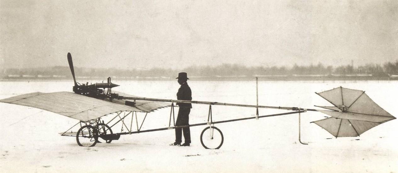 """Foto da exposição """"Poeta voador"""" mostra Santos Dumont com seu Demoiselle Foto: Fundação Roberto Marinho/Museu do Amanhã"""