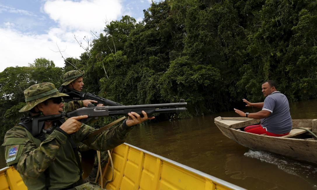 Garimpeiro é detido por agentes do Ibama no Rio Uraricoera durante a fiscalização contra a mineração ilegal BRUNO KELLY / REUTERS