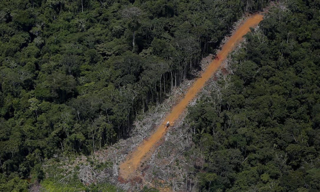 Helicóptero patrulha uma estrada clandestina usada pelos mineradores durante a operação do Ibama no território indígena BRUNO KELLY / REUTERS