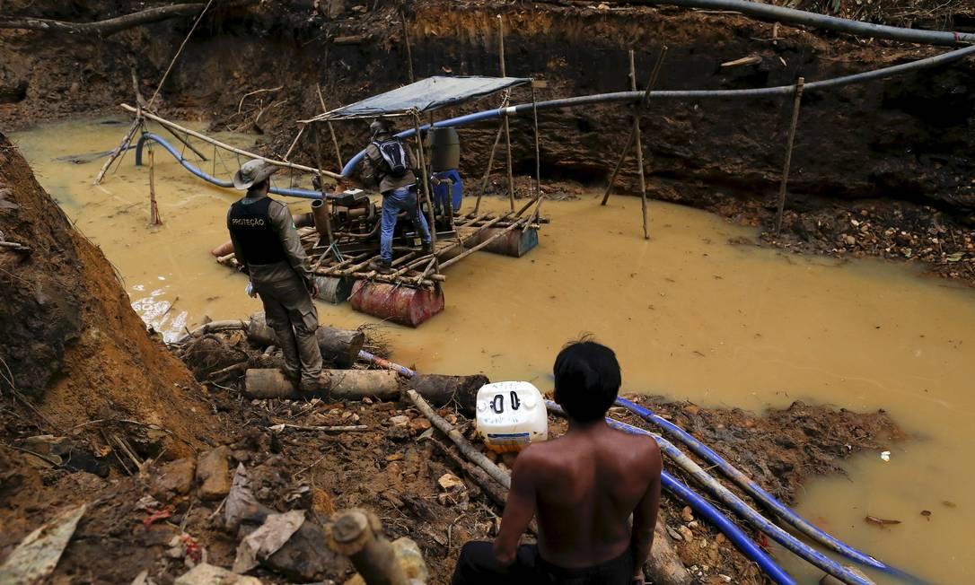 Índio yanomami observa uma mina de ouro ilegal durante operação realizada pelo Ibama contra a mineração na unidade de conservação BRUNO KELLY / REUTERS