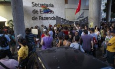 Servidores, muitos deles aposentados que não receberam salários, protestaram em frente à Secretaria Estadual de Fazenda no último dia 14 Foto: O Globo (14/04/2016) / Daniel Marenco