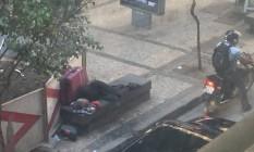 Morador de rua dorme em cama improvisada no Centro Foto: Eu-Repórter / Foto de leitor enviada para o WhatsApp do GLOBO