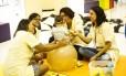 Profissionais da AFAC, em Niterói, trabalham na reabilitação de crianças com microcefalia