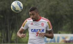 Cesar Martins cabeceia a bola em treino do Flamengo no Ninho do Urubu Foto: Gilvan de Souza / Divulgação Flamengo