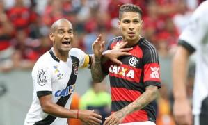 Rodrigo contra Guerrero no Vasco x Flamengo da Taça Guanabara, no Estádio Mané Garrincha, em Brasília, em 2016 Foto: ANDRE COELHO / Agência O Globo