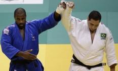 Teddy Riner ergue o braço de Rafael Silva após derrotá-lo na final do Mundial de 2013, no Rio Foto: VANDERLEI ALMEIDA / AFP/VANDERLEI ALMEIDA