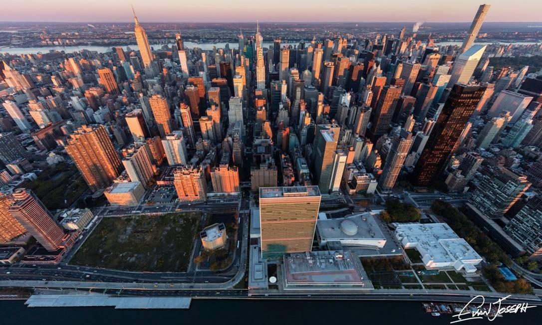 O livro conta apenas com fotos aéreas da cidade, tiradas a bordo de helicópteros Foto: Evan Joseph / Reprodução