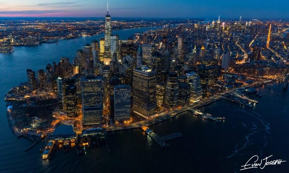 """A ilha de Manhattan ao cair da noite, uma das imagens presentes no livro """"New York from above"""", do fotógrafo Evan Joseph Foto: Evan Joseph / Reprodução"""