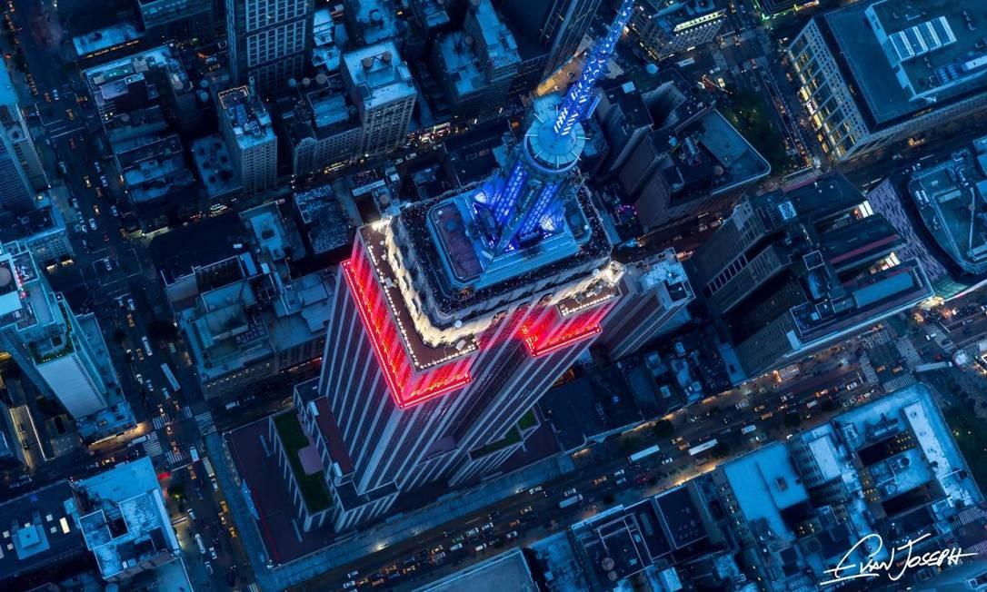 Só mesmo de helicóptero para ter essa vista do Empire State, o mais icônico mirante de Nova York Foto: Evan Joseph / Reprodução