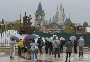 Visitantes em frente ao parque da Disney em Xangai, ainda em fase de conclusão Foto: EastDay / Reprodução