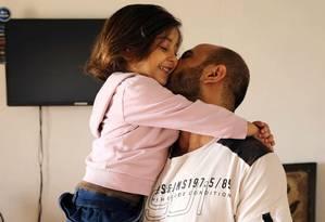 Abdul Halim al-Attar com a filha, depois de ficar conhecido devido a um flagra no Twitter Foto: Hussein Malla / AP
