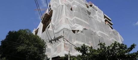Sem padronização. Prédio em construção em Niterói. Contratos atuais não preveem regras para os casos de distrato e é alto o número de litígios Foto: O Globo / Fabio Rossi/8-3-2016